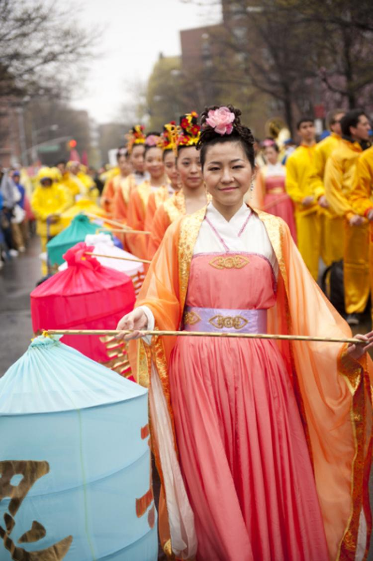 LANTERN LADIES: Participants in a parade to end the persecution of Falun Gong, which was held in Flushing, Queens, on Saturday, carry Chinese lanterns and display traditional Chinese culture. (Edward Dai/The Epoch Times)