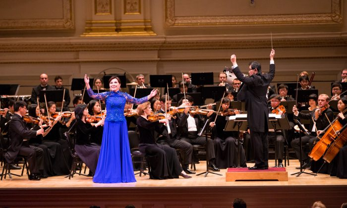Soprano Haolan Geng performs with the Shen Yun Symphony Orchestra at Carnegie Hall, New York City on Oct. 10, 2015. (Larry Dye/Epoch Times)