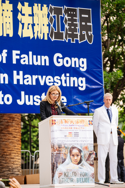 Civil rights attorney Lisa Bloom speaks at a Falun Gong rally in Los Angeles on Oct. 15, 2015. (Larry Dai/Epoch Times)