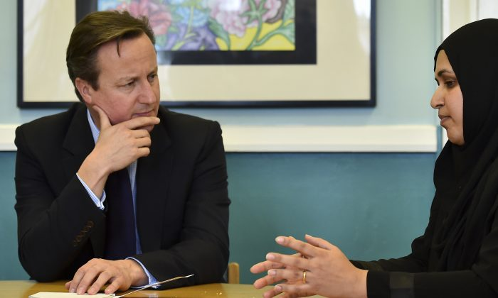 British Prime Minister David Cameron (L) during a visit to Luton, north of London, on October 19, 2015 to announce a new government strategy for tackling extremism. (AFP PHOTO / POOL / BEN STANSALL)
