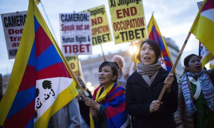 Protesters wave Tibet flags and chant slogans outside Buckingham Palace on October 20th, 2015, where the Chinese president was being hosted by the Queen on the first official day of a state visit (JACK TAYLOR/AFP/Getty Images)
