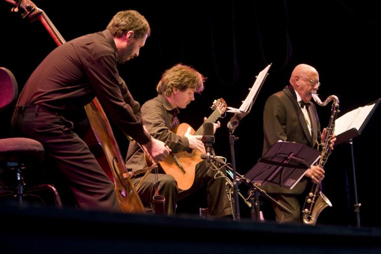 WITH HIS TRIO: Feidman performs with Jens-Uwe Popp on guitar and Guido Jaeger on double bass.  (MATTHIAS KEHREIN/EPOCH TIMES)