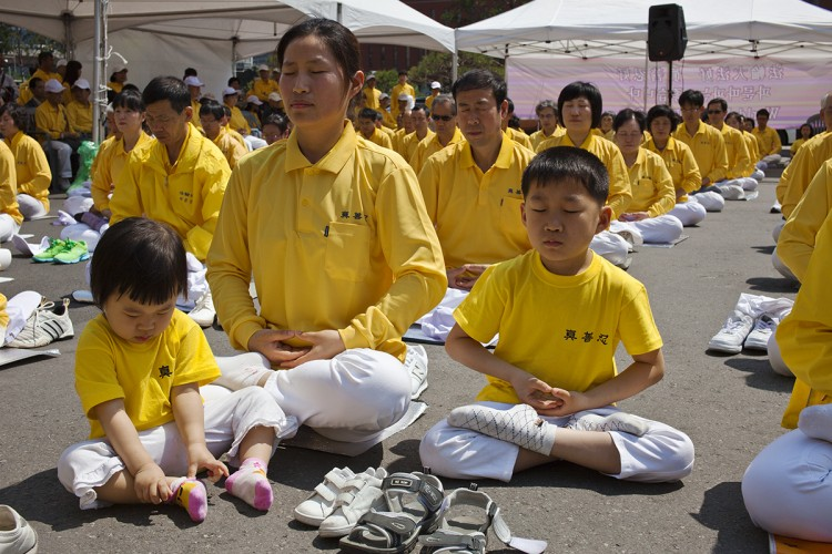 Family meditating in Seoul during Falun Dafa Day activities
