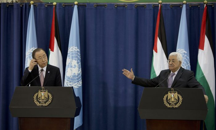U.N. Secretary General Ban Ki-moon (L) and Palestinian Authority President Mahmoud Abbas hold a press conference in the West Bank city of Ramallah, Wednesday, Oct. 21, 2015. (AP Photo/Majdi Mohammed)