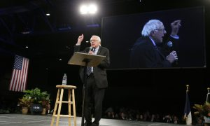Sanders, Clinton Set Tone for Leadoff Presidential Caucuses