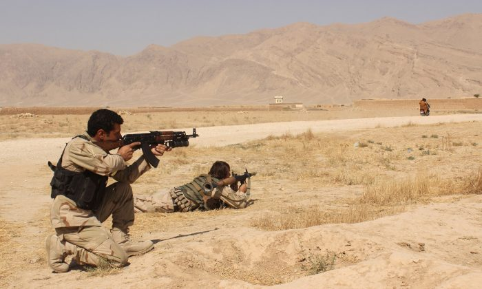 Afghanistan's security forces take their position during a clash by Taliban fighters in the highway between Balkh province to Kunduz city, north of Kabul, Afghanistan, Thursday, Sept. 1, 2015. (AP Photo)
