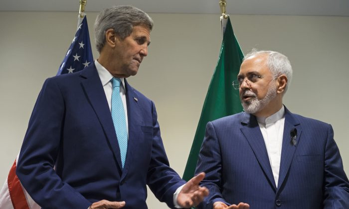 U.S. Secretary of State John Kerry (L) meets with Iranian Foreign Minister Mohammad Javad Zarif at United Nations headquarters, on Sept. 26, 2015. (AP Photo/Craig Ruttle)