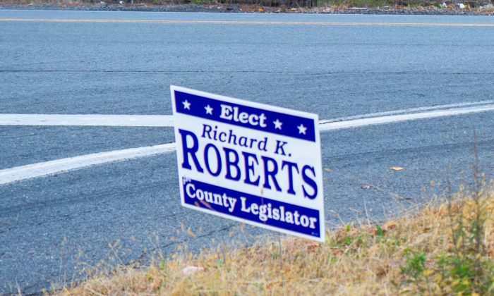 A sign at the corner of Neversink Drive and Route 209 in Huguenot on Oct. 25, 2015. (Holly Kellum/Epoch Times)
