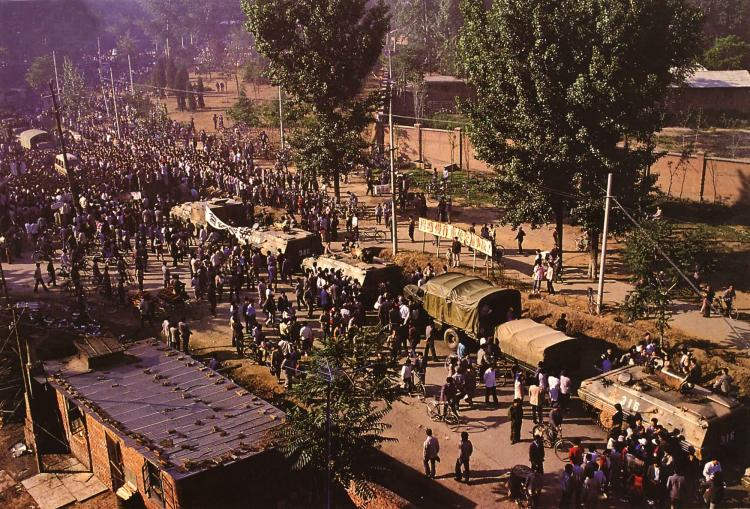 May 21st. A military convoy, marching to Beijing blocked by local residents. (64memo.com)