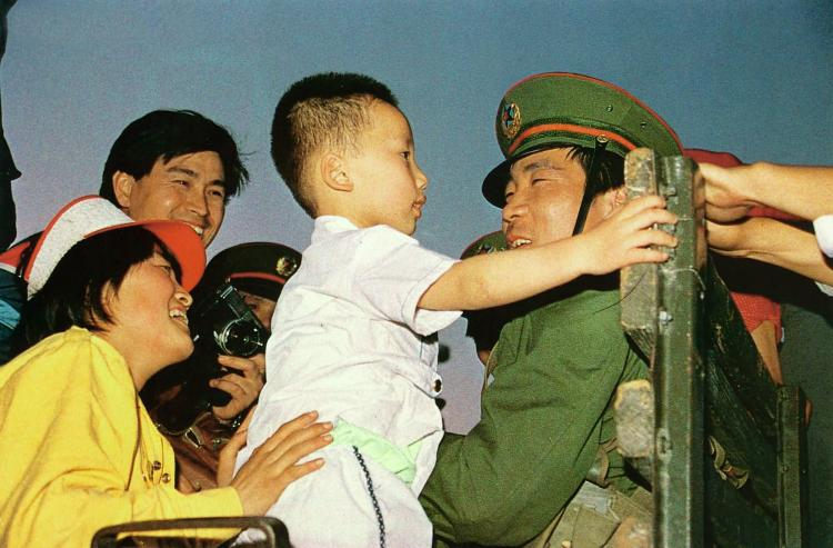 May 20th. A mother introduces her child to PLA soldiers.  (64memo.com)