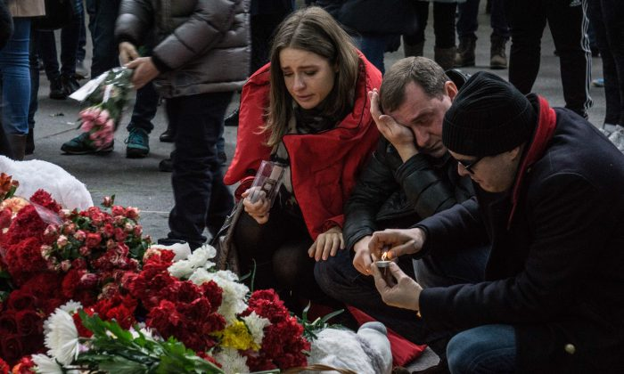 People mourn the victims of Metrojet's flight 9268 crash, in St. Petersburg, Russia, on Nov. 1, 2015. (Alexander Aksakov/Getty Images)