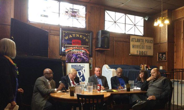 A panel talks about police shootings at Manuel's Tavern in Atlanta on Oct. 31, 2015. (L-R) Mary Silver, Jay Suber, Gary Yandura, Billy Grogan, Makungu Akinyela, Lori Brickman, and George Chidi. (Ellen Eldridge/Society of Professional Journalists)