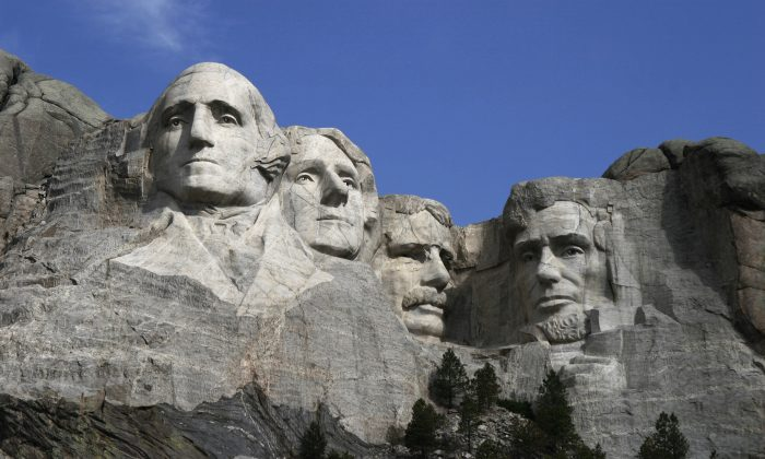 The sculptures of U.S. presidents George Washington, Thomas Jefferson, Theodore Roosevelt, and Abraham Lincoln at Mt. Rushmore National Memorial. (Dean Franklin/CC-BY)