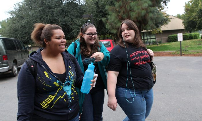 Seventeen year-old Marissa Hamilton (L) laughs with her friends Mary Healy (C) and Makayla Smith (L) as they walk to class at Wellspring Academy October 20, 2009 in Reedley, California. (Photo by Justin Sullivan/Getty Images)