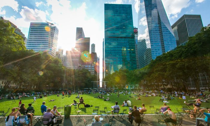 Bryant Park in Manhattan on July 10, 2015. Your brain controls your visual focus in a busy scene.  (Benjamin Chasteen/Epoch Times)