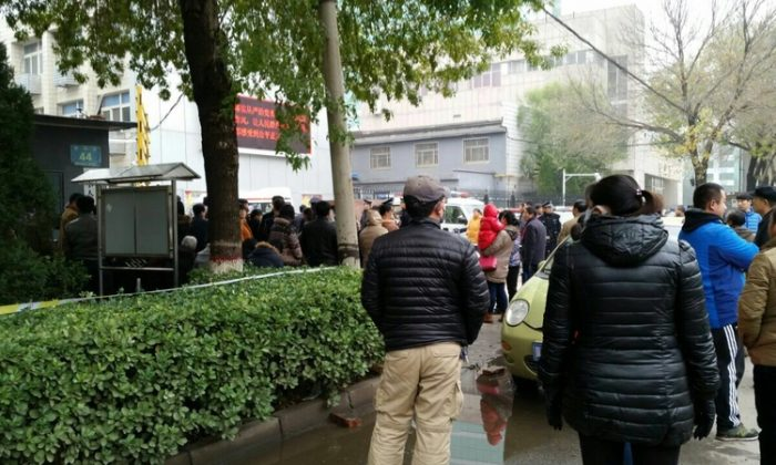 Plainclothes police surround a court building in Cangzhou City, northern China, on Nov. 9, 2015. Nine practitioners of Falun Gong are standing trial for meeting in a room and talking with one another on Aug. 17, 2014. (Epoch Times)