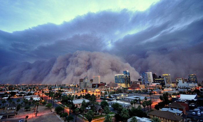 Time to get inside? A dust storm approaches. (Zooey/CC BY-SA 2.0)