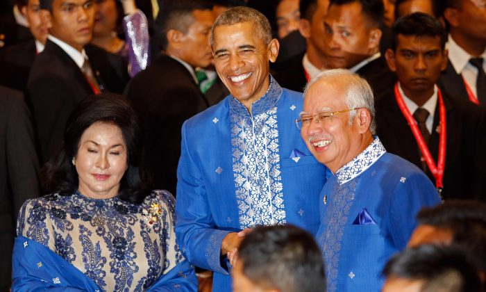 President Barack Obama (C), Malaysian Prime Minister Najib Razak (R) and Najib's wife Rosmah Mansor at a Gala Dinner at the Association of Southeast Asian Nations (ASEAN) summit in Kuala Lumpur, Malaysia, Saturday, Nov. 21, 2015. (AP Photo/Lai Seng Sin)