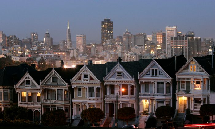 "The ""Painted Ladies,"" a row of historical Victorian homes, underscore the San Francisco skyline in a view from Alamo Square on May 12, 2008. (AP Photo/Marcio Jose Sanchez)"
