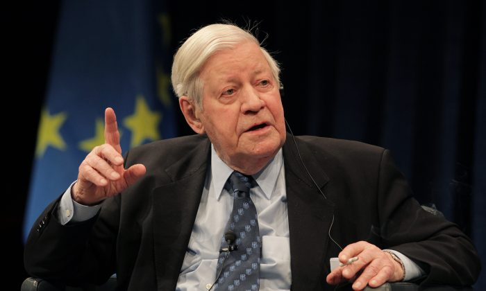 "Former German Chancellor Helmut Schmidt at a discussion hosted by the ECB to mark the 10th anniversary of the Euro themed ""the Future of Europe,"" in Frankfurt, Germany, on April 2, 2009. (AP Photo/Daniel Roland)"