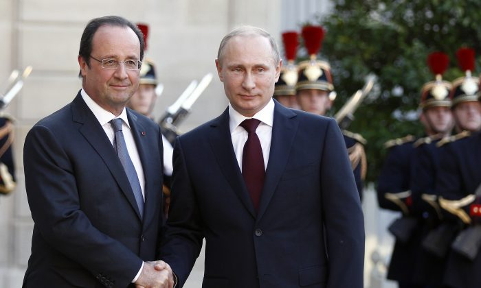 French President Francois Hollande welcomes Russian President Vladimir Putin at the Elysee Presidential Palace in Paris, France, on June 5, 2014. (Thierry Chesnot/Getty Images)