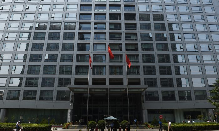 The China Securities Regulatory Commission on July 9, 2015. The CSRC's efforts to stay aloof from corruption at hampered by politics, says He Qinglian. (Greg Baker/AFP/Getty Images)