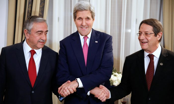From left, Turkish Cypriot Leader Mustafa Akinci, U.S. Secretary of State John Kerry and Cyprus President Nicos Anastasiades shake hands before a dinner at the UNFICYP Residence, in Nicosia, Cyprus, Thursday, Dec. 3, 2015. (Jonathan Ernst/Pool Photo via AP)