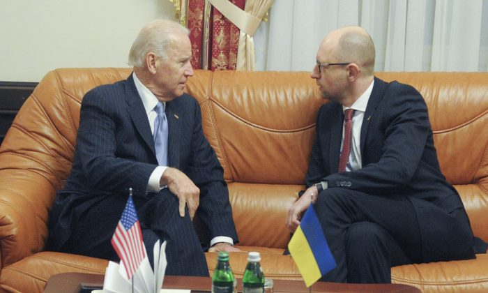 Ukraine's Prime Minister Arseniy Yatsenyuk (R) and U.S. Vice President Joe Biden in Kyiv, Ukraine, Monday, Dec. 7, 2015. (AP Photo/Andrew Kravchenko)