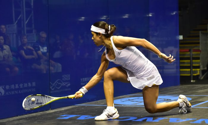 Nicol David of Malaysia on her way to her 10th Hong Kong Squash Open title, plays a forehand during the 2015 women's final against Laura Massaro of England at the Hong Kong Park Sports Centre on Sunday Dec 6, 2015. David won the match 15-13, 11-5, 11-3. (Bill Cox/Epoch Times)