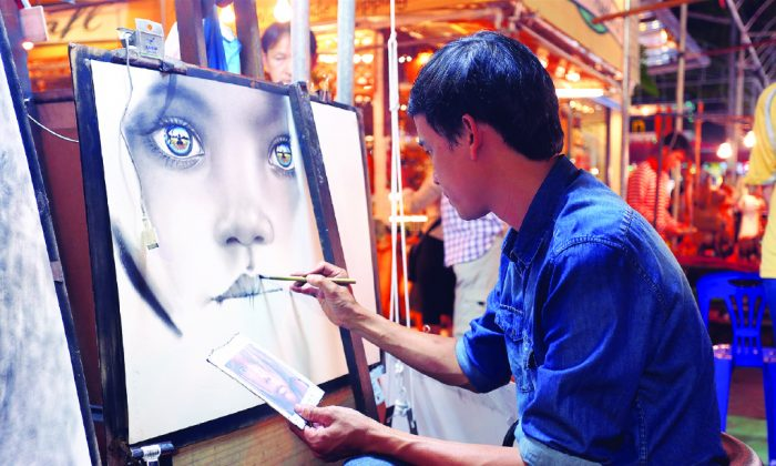A street artist on Wua Lai, Chiang Mai. (Robin Ong/Busybody)