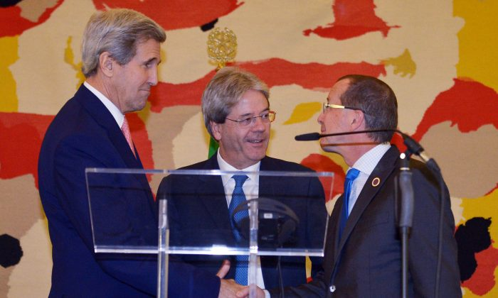 US Secretary of State John Kerry (L) Italian Foreign Minister Paolo Gentiloni (C) and UN special envoy for Libya Martin Kobler shake hands after their press conference,  following an international conference on Libya at the Ministry of Foreign Affairs in Rome, Sunday, Dec. 13, 2015. (Mandel Ngan/Pool Photo via AP)