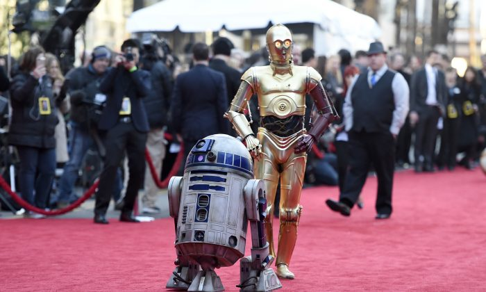 """Film characters R2-D2 (L) and C-3PO arrive at the world premiere of """"Star Wars: The Force Awakens"""" in Los Angeles on Dec. 14, 2015. (Jordan Strauss/Invision/AP)"""