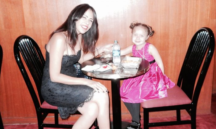 Shen Yun Beautiful Gift for Mother and Young Daughter