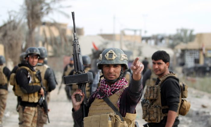 Members of Iraq's elite counterterrorism service secure the Hoz neighborhood in central Ramadi, the capital of Iraq's Anbar Province, during military operations conducted by Iraqi pro-government forces against the Islamic State on Dec. 27, 2015. (Ahmad al-Rubaye/AFP/Getty Images)