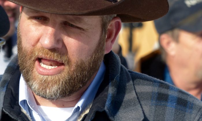 Ammon Bundy chats with a protester during a march on behalf of a Harney County ranching family in Burns, Ore., on Jan. 2, 2016. (Les Zaitz/The Oregonian via AP)