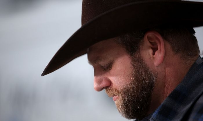 Ammon Bundy, the leader of an anti-government militia, speaks to members of the media in front of the Malheur National Wildlife Refuge Headquarters near Burns, Ore., on Jan. 5, 2016. (Justin Sullivan/Getty Images)