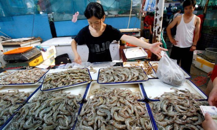 A Chinese vendor sells shrimp and prawns at a wet market in Beijing on July 19, 2007. (Teh Eng Koon/Getty Images)