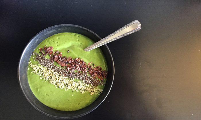 Green smoothie bowl with hempseeds, chia seeds and cacao nibs (katyenka/iStock)