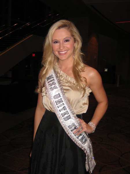 Miss United States 2010 Jessica Black brought her 5-year-old niece to Shen Yun Performing Arts in 2011. (Epoch Times)