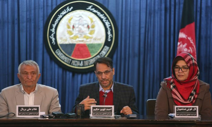 Ahmad Fahim Hakim (C), a member of the Afghan People's Dialogue on Peace Initiative, at a press conference in Kabul, Afghanistan, on Jan. 9, 2016. Afghanistan, Pakistan, China, and the United States will hold talks in Islamabad on Monday aimed at reviving the Afghan peace process. (AP Photo/Rahmat Gul)
