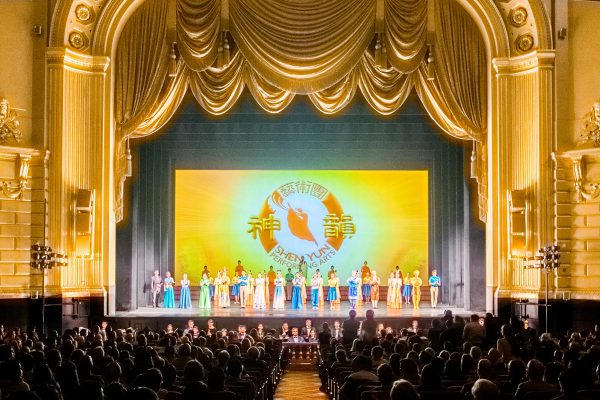 Shen Yun Performing Arts World Company's curtain call. (Leo Timm/Epoch Times)