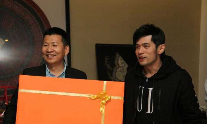 Zhou Chengjian, chair of the well-known Chinese fashion label Meters/bonwe, is pictured with Jay Chou, a Taiwanese singer and the company's product endorser, in 2014. (Weibo.com)