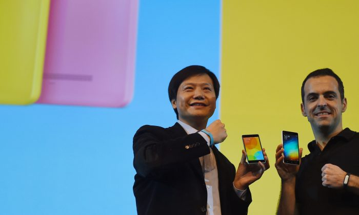 Xiaomi Global CEO Lei Jin (L) poses for a photo with Xiaomi Global Vice President Hugo Barra during an event in New Delhi on April 23, 2015. Xiaomi's user agreement requires customers to follow the Chinese regime's standards on censorship. (Money Sharma/AFP/Getty Images)