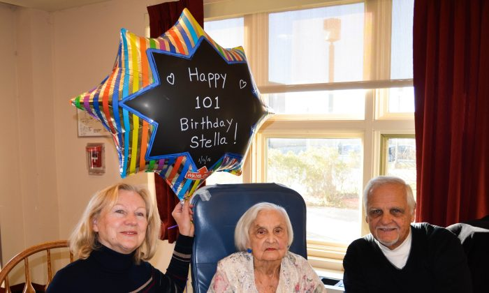 Stella Bradley (C) celebrated her 101 birthday with her son William Iwascow and daughter-in-law Krystina at Valley View nursing home in Goshen on Jan. 13, 2016. (Yvonne Marcotte/Epoch Times)