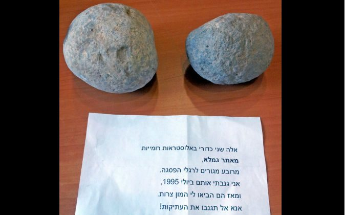 Two ancient Roman artifacts and a note left together at a museum in Be'er Sheva, Israel, in July 2015. (Courtesy of the Israel Antiques Authority)