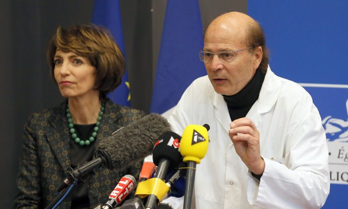 French Health Minister Marisol Touraine (L) and Professor Gilles Edan, the chief neuroscientist at Rennes Hospital, address the media at a press conference held in Rennes, western France, on Jan. 15, 2016. Six previously healthy medical volunteers have been hospitalized—including one man who is now brain dead—after taking part in a botched drug test at the Biotrial lab in western France, the French Health Ministry said Friday. (AP Photo/David Vincent)