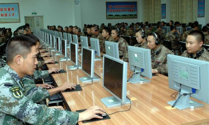 Chinese soldiers work at computers. The Chinese regime's cyberattacks against the United States have continued despite cyber agreements. (mil.huanqiu.com)