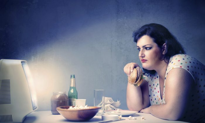 Unhealthy dinner in front of a TV. (Bowie15/iStock)