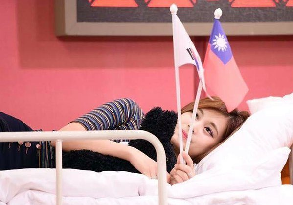 Chou Tzu-yu poses for a photograph with the South Korea and Republic of China flags, an image that led to her forced confession identifying herself as Chinese. (Weibo.com)