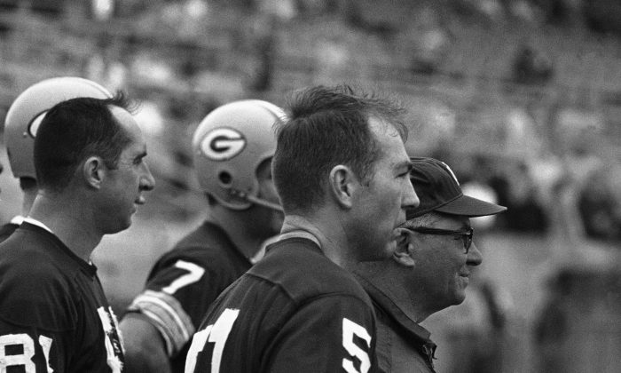 Quarterback Bart Starr guided the Green Bay Packers to their 35 to 10 victory over the Kansas City Chiefs in Super Bowl game. (AP Photo)